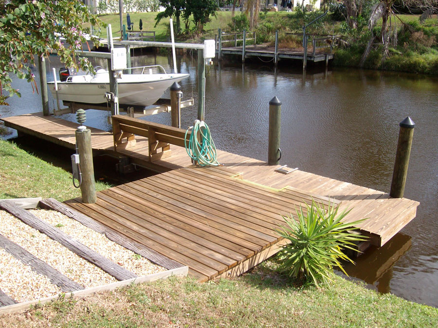 L-Shaped Dock With Small 4 Pole Lift